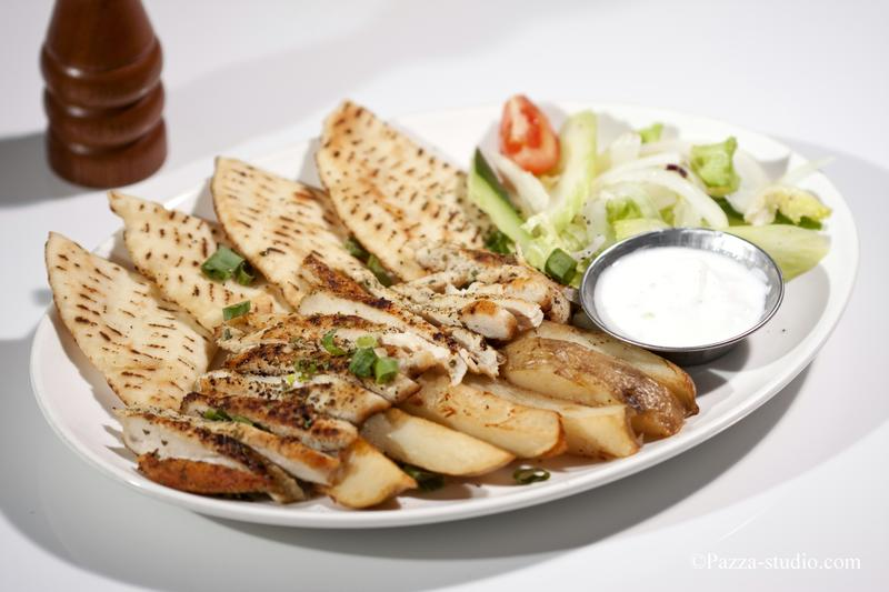 Pitta bread and grilled chicken with yogurt sauce.